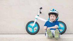 自転車に乗る子ども